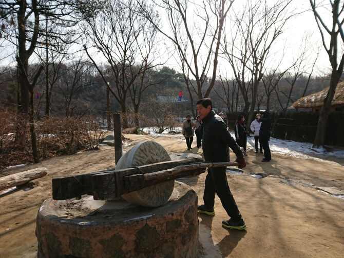 韓国民俗村で父の写真