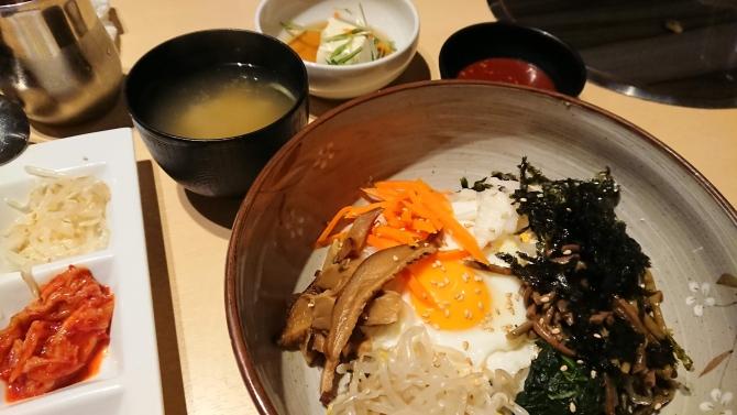 西新宿で人気の韓国料理、韓感のランチ、ビビンパの写真