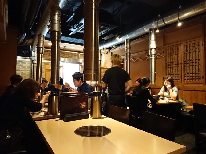 西新宿で人気の韓国料理、韓感のお店の中