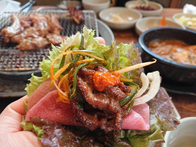 骨付きカルビの食べ方、サムジャンを入れる写真