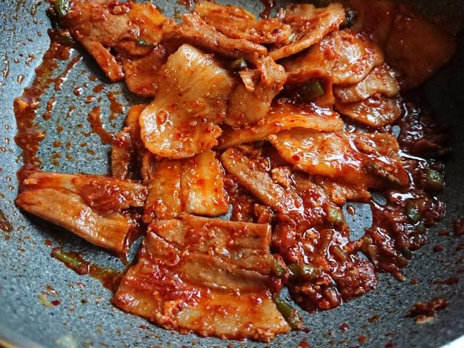 韓国の豚肉甘辛炒め、チェユクポックムの食べ方写真
