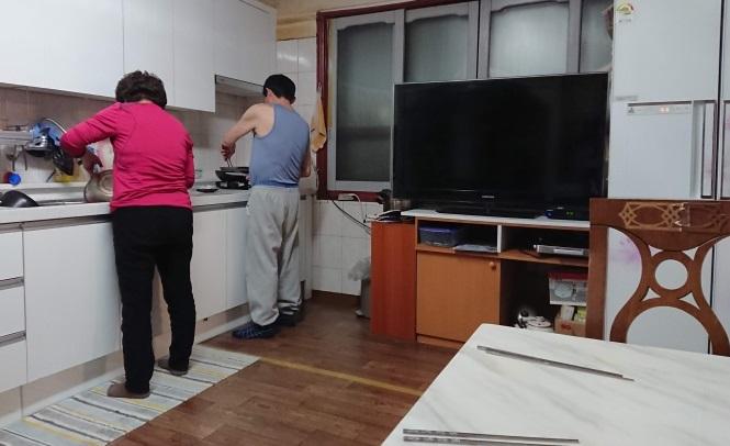 実家で料理している両親の写真