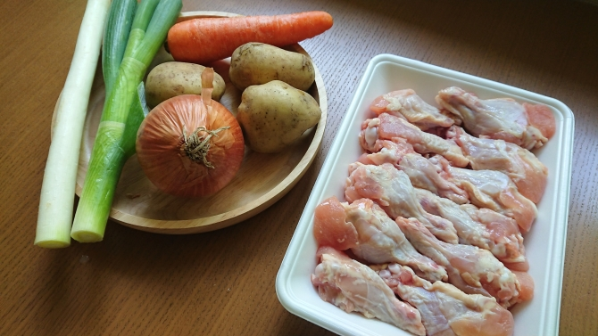 韓国の辛い鶏肉じゃが料理(タットリタン)の材料写真