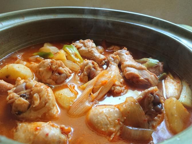 韓国の辛い鶏肉じゃが料理(タットリタン)の写真