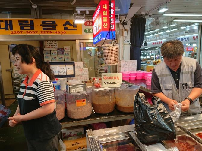 韓国の中部市場の塩辛専門店の写真