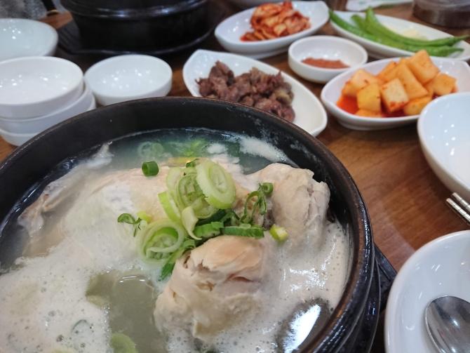 南大門の参鶏湯専門店でサムゲタンを食べる写真