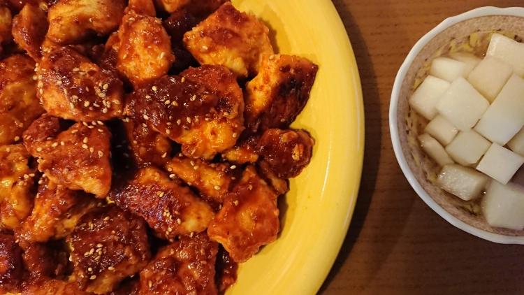 ヤンニョムチキンのレシピの完成、チキンム(大根の甘酢漬け)の写真