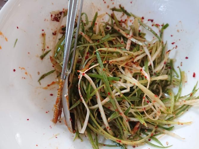 焼肉の副菜、ネギの和え物の写真