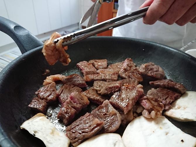 韓国の焼き肉、ハサミでお肉を切る写真