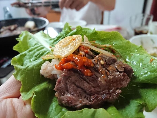 韓国お家で焼き肉、包む野菜と入れる野菜の写真