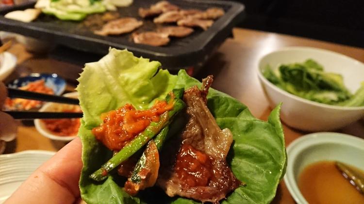 猪肉の焼肉、食べ方の写真