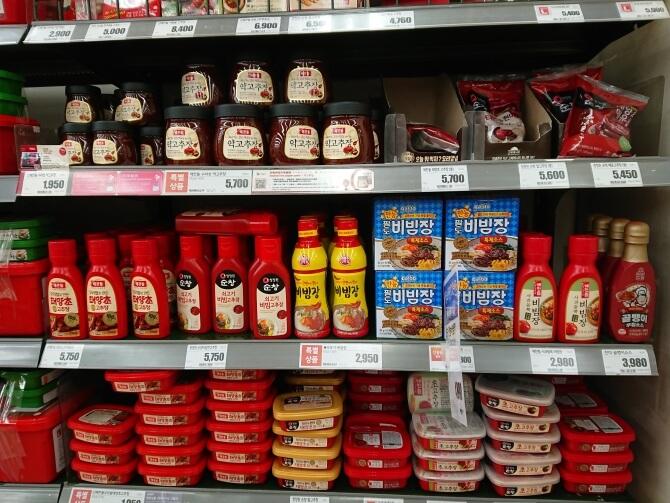 韓国のスーパーで購入した調味料・食べ物の写真:ビビンソース、ビビンジャン