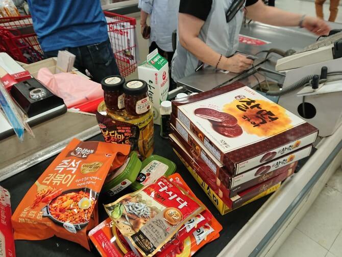 韓国のスーパーで購入した調味料・食べ物の写真:お餅のチョコパイ
