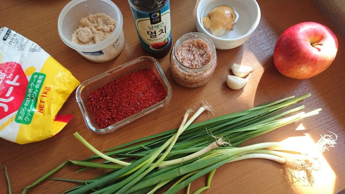 白菜の浅漬けキムチ(コッチョリ)の韓国レシピ。ヤンニョムに入る薬味と調味料