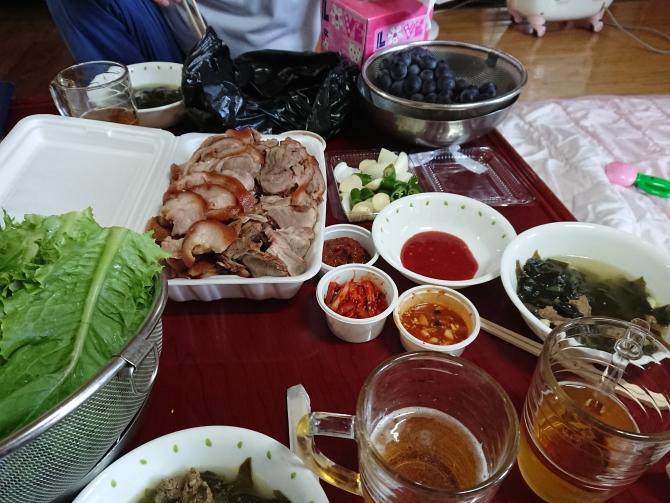 ソウル実家で持ち帰りした韓国の豚足「チョッパル」を食べる写真