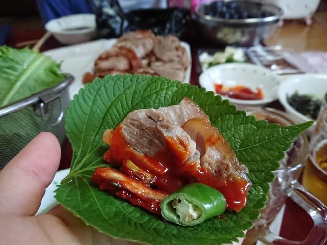 持ち帰りした韓国の豚足「チョッパル」を食べる写真