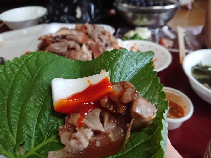 韓国の豚足「チョッパル」を焼き肉のように食べる写真