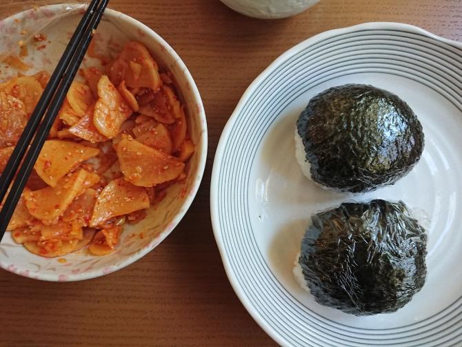 たくあんを活用した韓国定番アレンジおかずでおにぎり