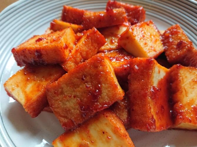 甘辛ヤンニョムチキン味の豆腐の写真