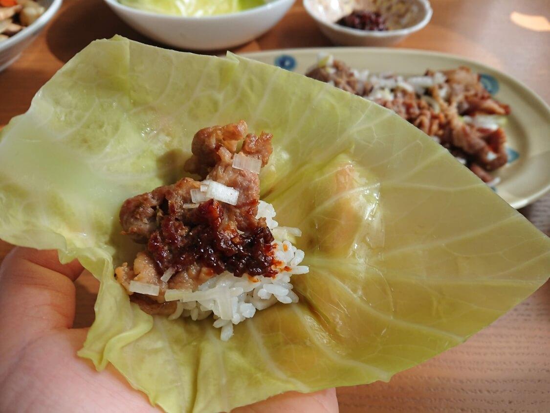 豚肉プルコギの食べ方。蒸したキャベツに包んで食べる