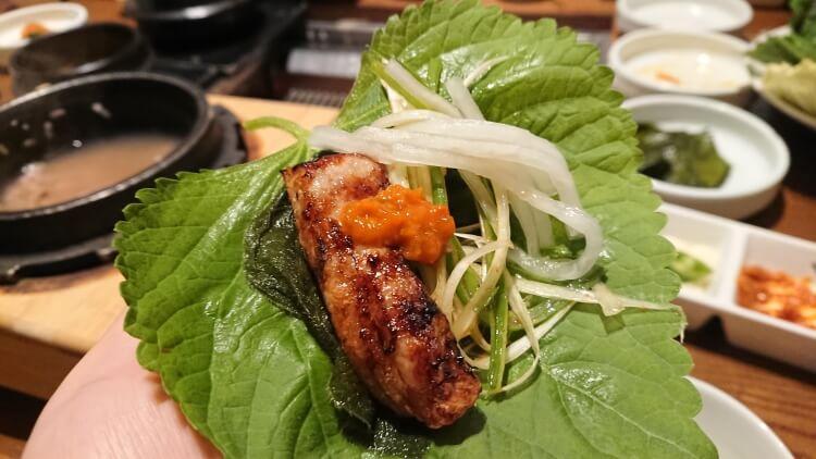 韓国のお店で食べたサムギョプサル。食べ方