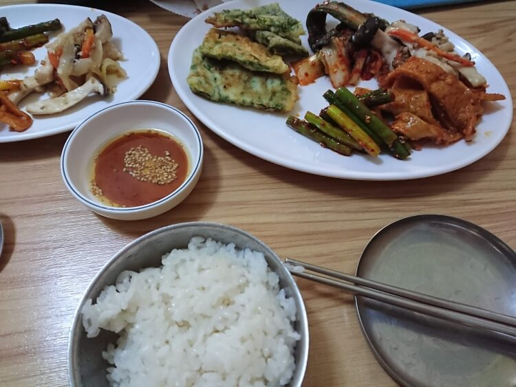 ソウルのご飯屋さんのバンチャン、チヂミ