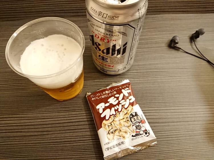 お土産のお菓子とビール