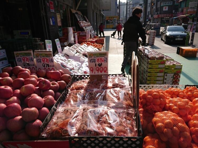韓国のスーパーで干し柿
