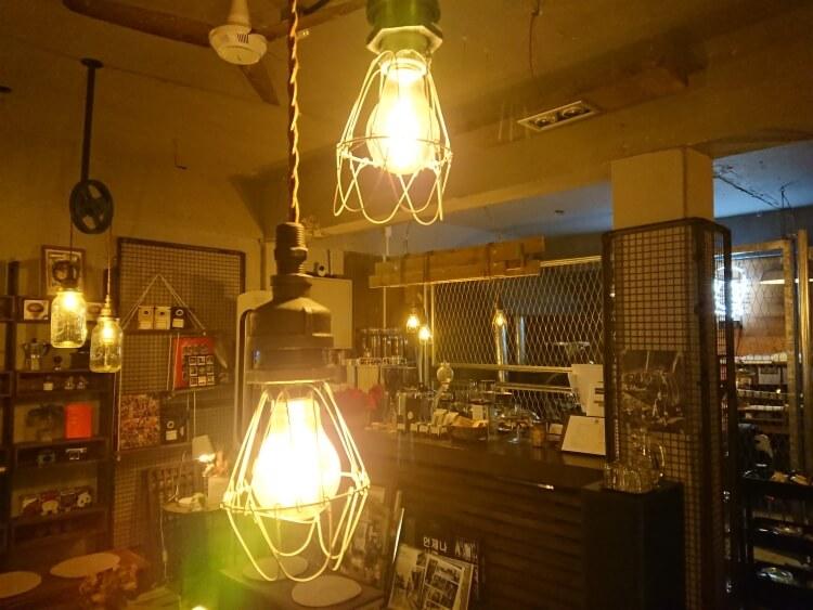 韓国鷹岩駅の小さい市場にあるカフェ