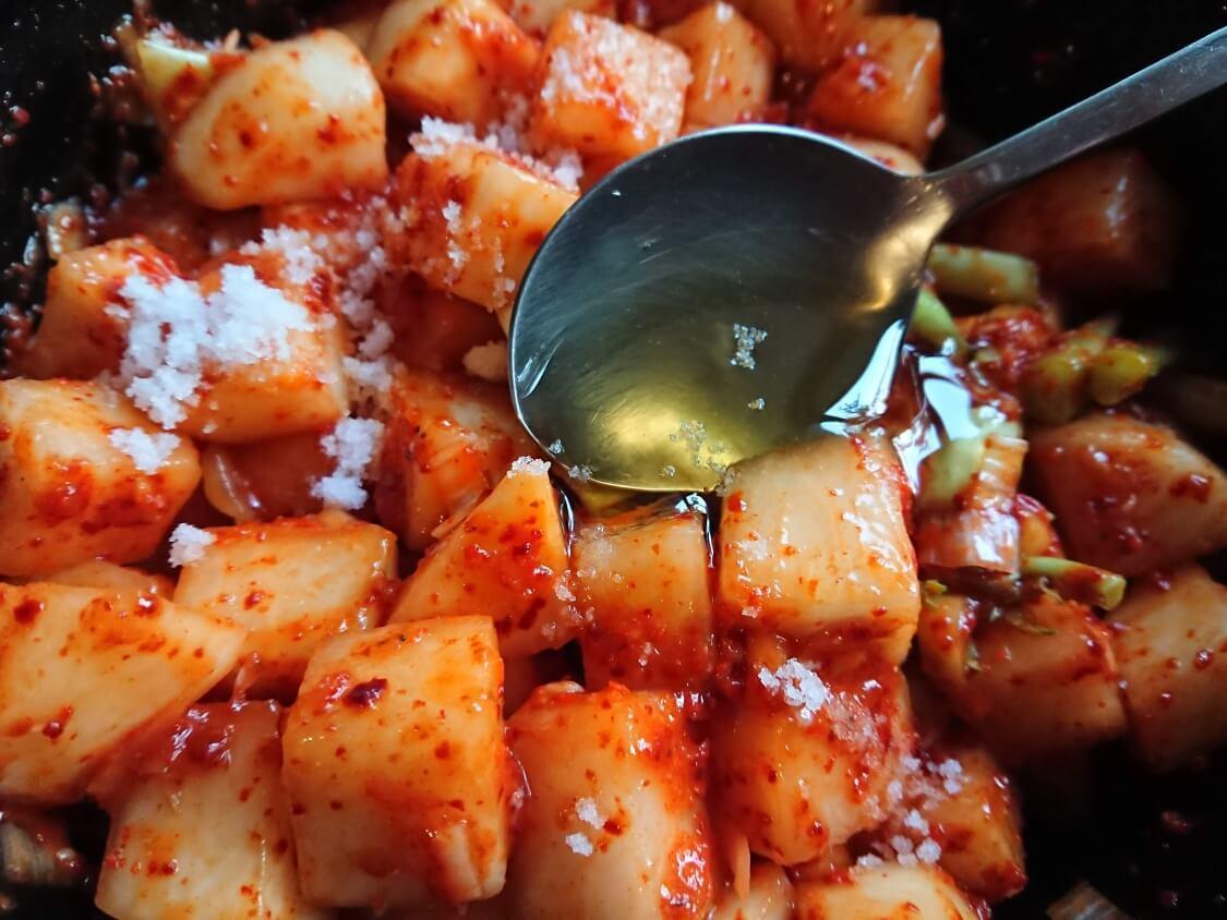 カクテキの韓国人気レシピ。味付けの調整