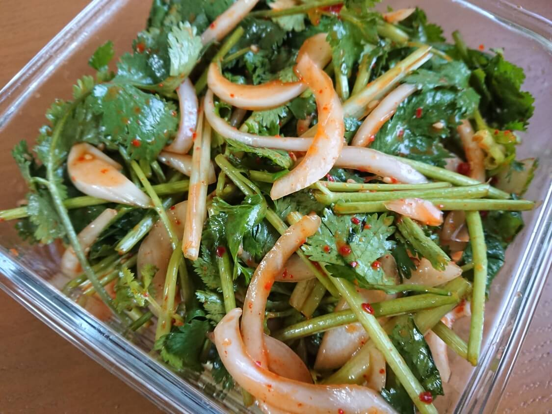 パクチーと新玉ねぎのピリ辛サラダのレシピ