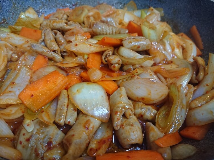 韓国のホルモン焼きコプチャンのレシピ!豚白モツと野菜の旨辛炒め