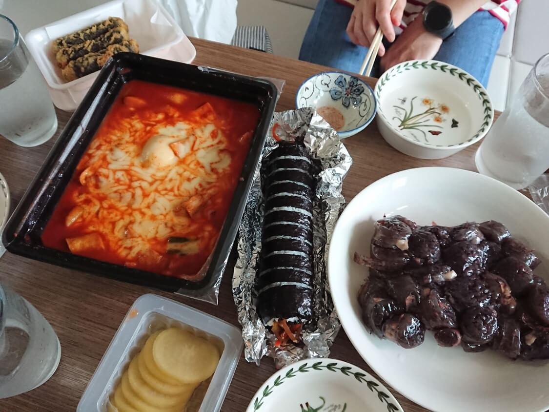 韓国で出前で食べたチーズトッポギ、キンパ、スンデ
