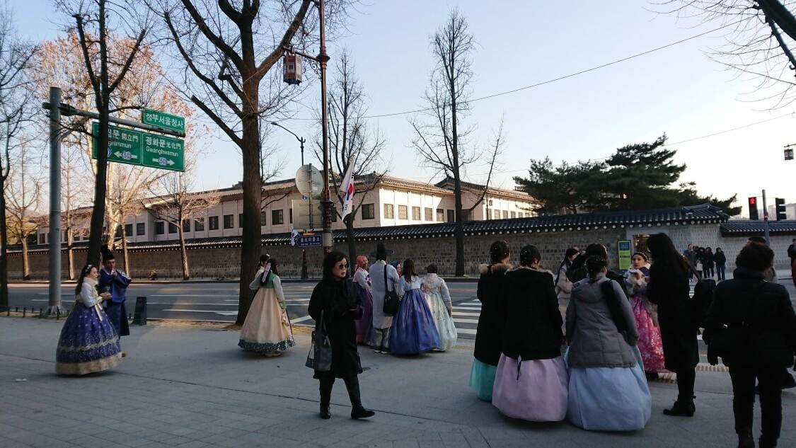 韓国ソウルの景福宮(キョンボックン)を観光。韓服を着ている人たち