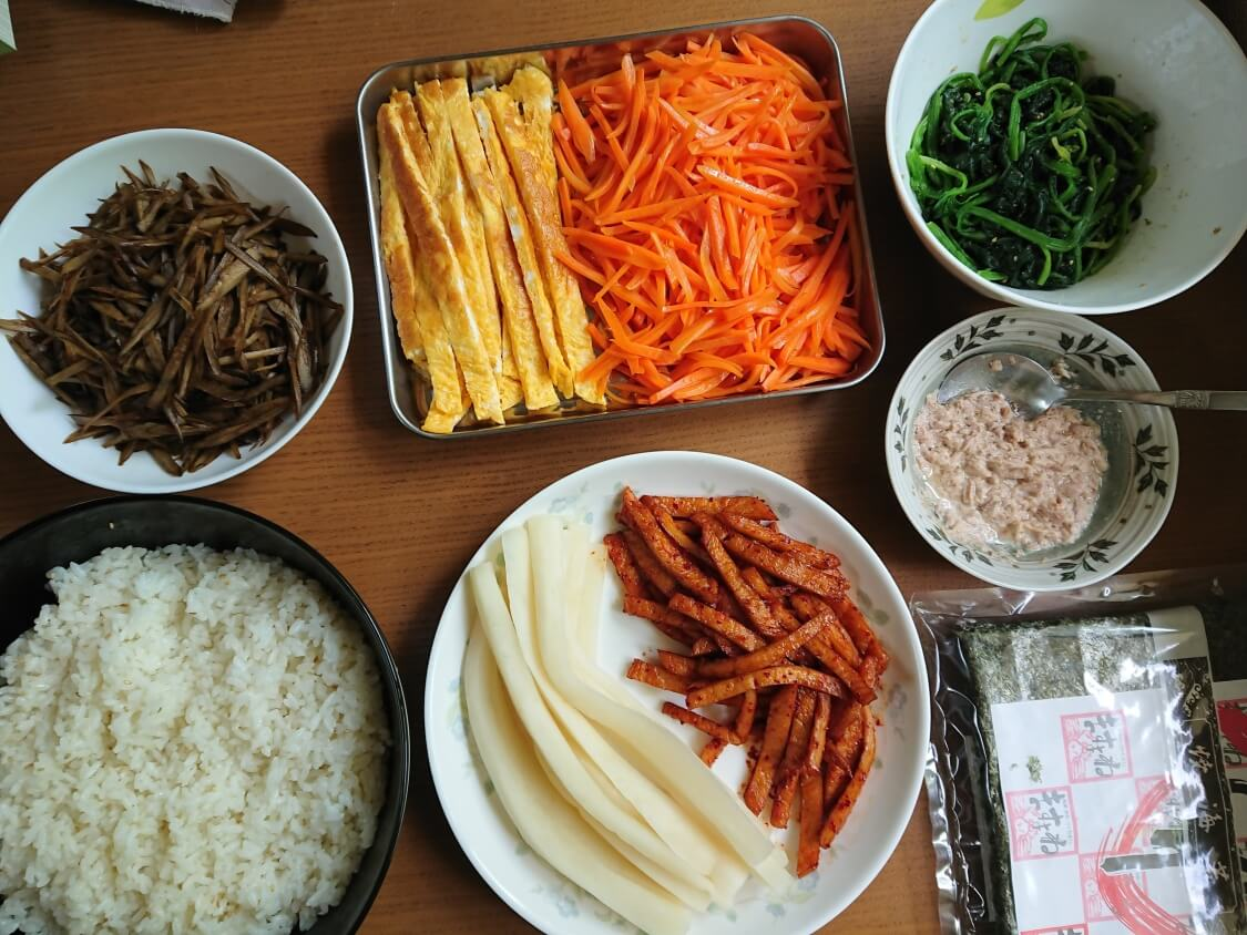 韓国の海苔巻きキンパの簡単レシピ。入る具材+ご飯と海苔
