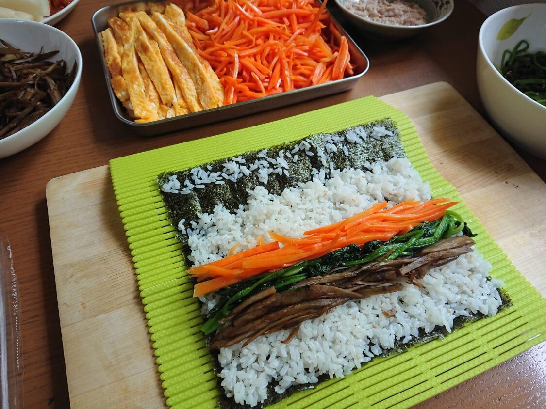 韓国の海苔巻きキンパの簡単レシピ。キンパプの巻き方