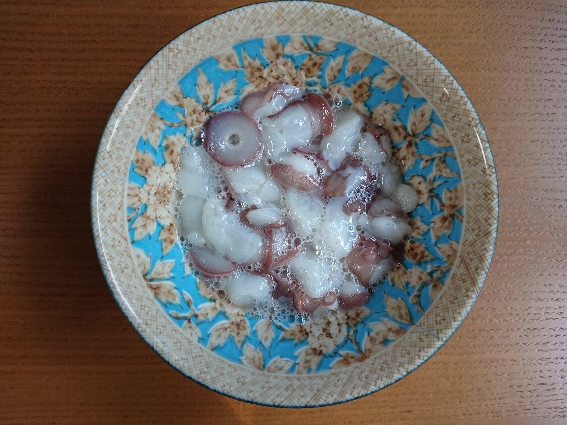 タコキムチの作り方。塩もみ