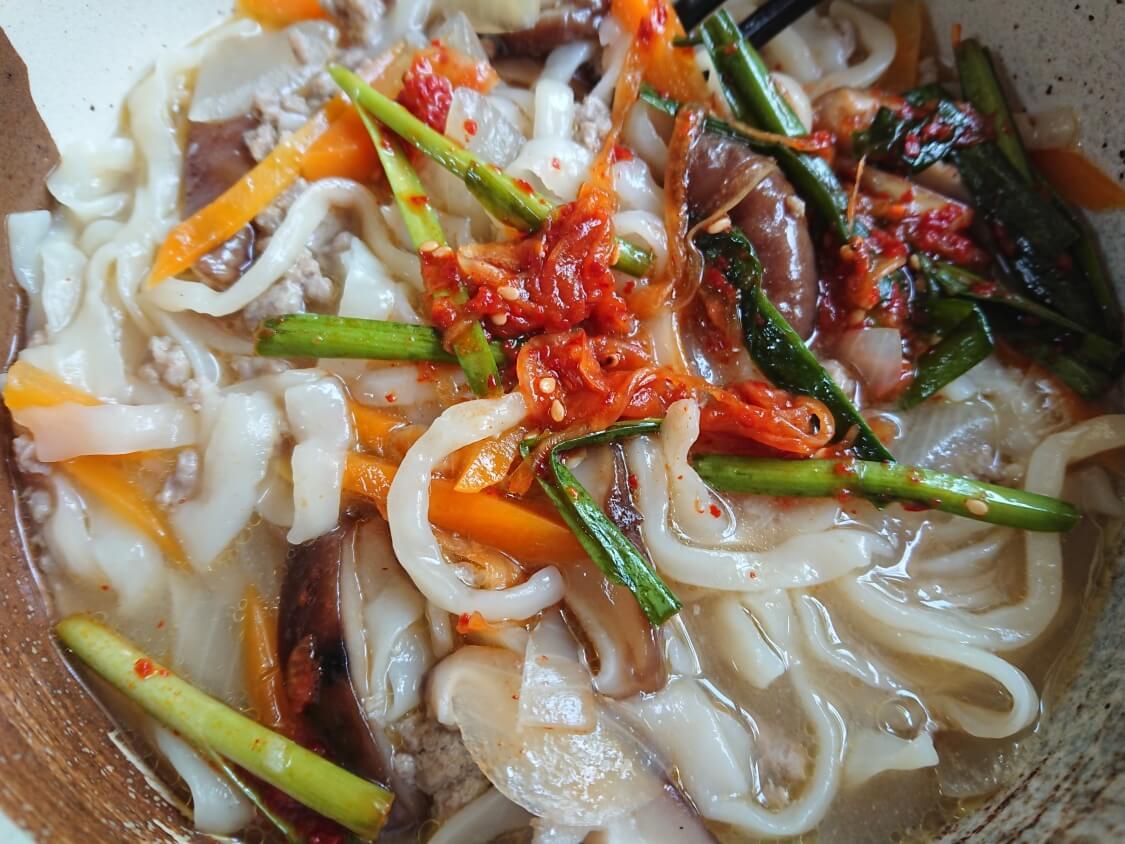ひき肉うどん。韓国の人気店「明洞餃子」のカルグクスのような食べ方