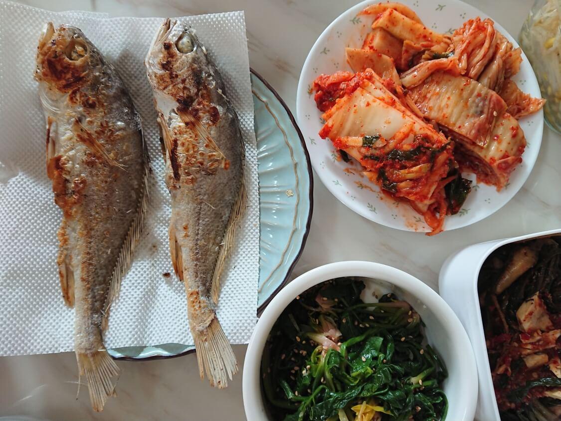 韓国人の食卓。焼き魚とキムチとナムル