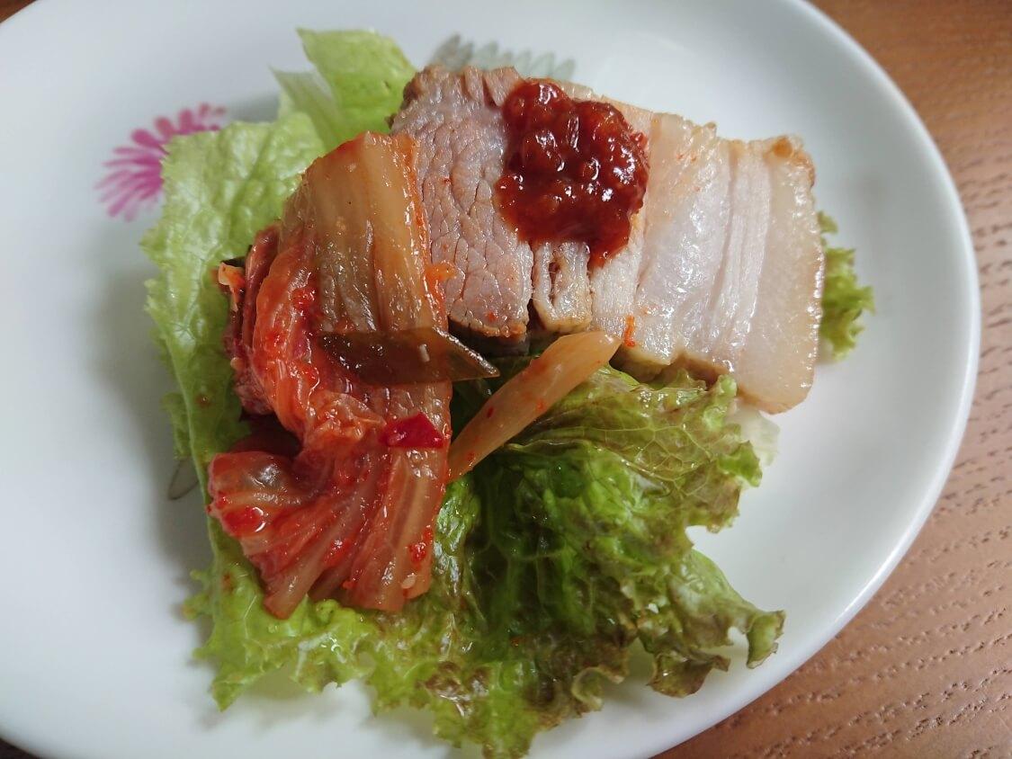 ポッサムの韓国人気レシピ。柔らかい茹で豚・蒸し豚にポッサムキムチとタレを添えて