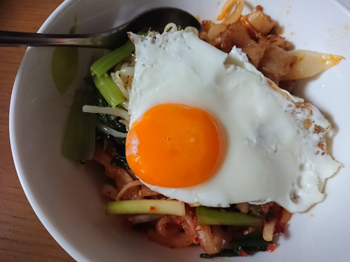 レンジで簡単♪小松菜ともやしのナムルで、ビビンバの時短レシピ。卵焼き