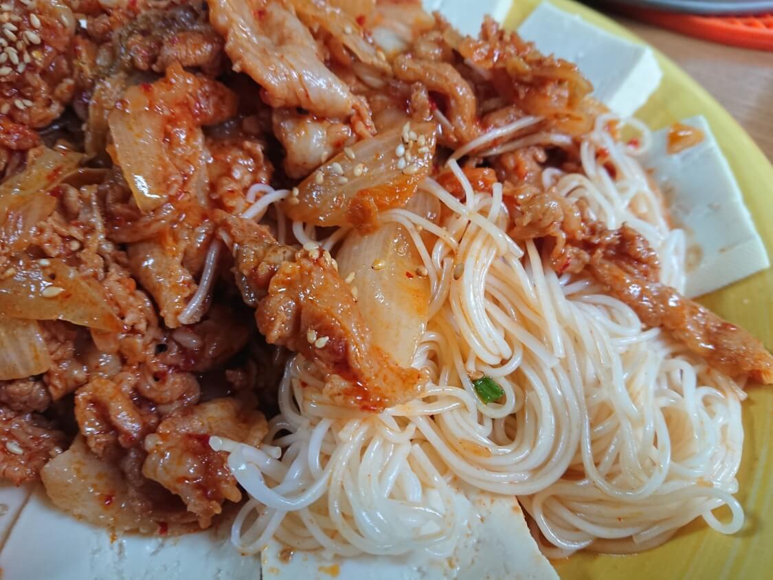 豆腐キムチのレシピ。韓国の人気おつまみメニュー♪そうめんを混ぜて食べます