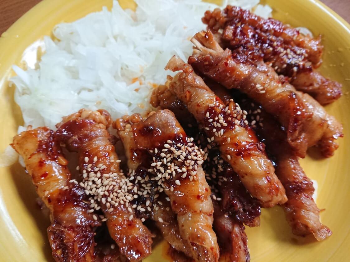 甘辛ヤンニョムが美味しい♪えのきの豚バラ巻き。人気レシピを韓国風にアレンジ
