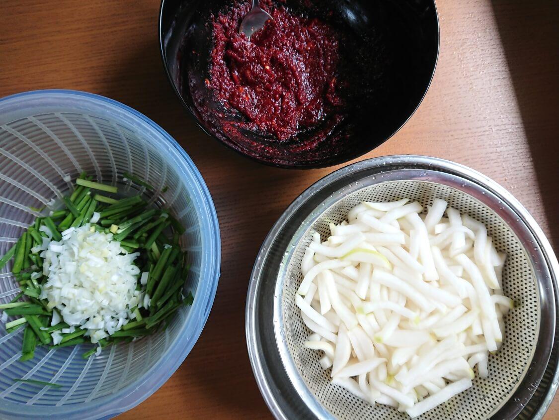 ポッサムキムチ(茹で豚によく合う和え物)の作り方。和える準備