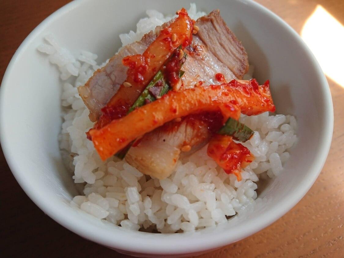 茹で豚の付け合わせにポッサムキムチ。食べ方