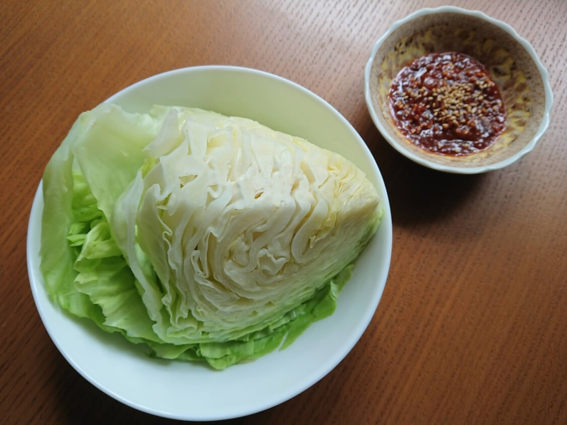 丸ごと蒸しキャベツと味噌だれサムジャンの韓国レシピ。レンジなど3つの蒸し方