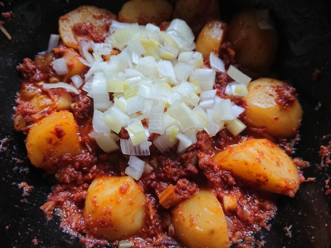 韓国風チーズコンビーフ。ホクホクじゃがいも入りの作り方。野菜と調味料