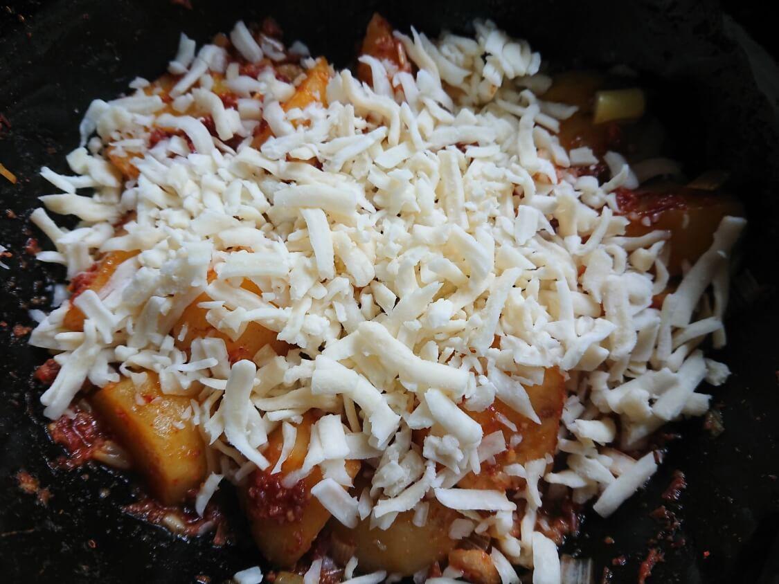 韓国風チーズコンビーフ。ホクホクじゃがいも入りの作り方。チーズを乗せて完成