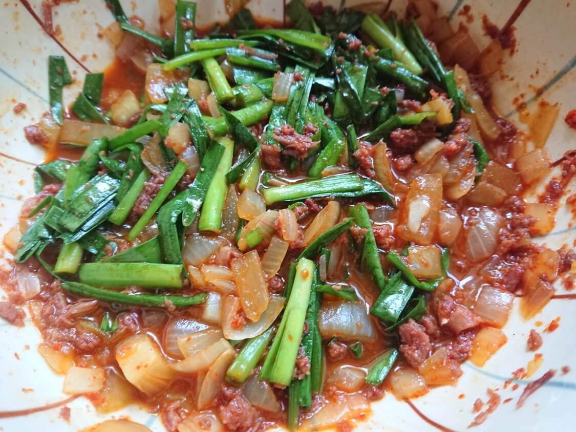 コンビーフのレンチン料理。コチュジャンの味付けでビビンパ
