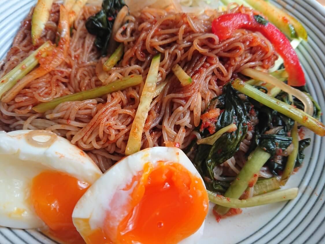 ふるるの辛いビビン冷麺。具材を添えてもっと美味しく♪韓国人の食べ方